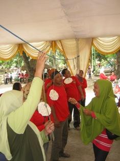 Para Ibu-ibu KBPPP sedang ikut lomba makan krupuk, semangat ya bu..