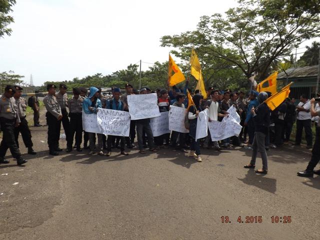 Puluhan Mahasiswa PMII gelar aksi unjuk rasa di depan pintu masuk PLTU Pelabuhan