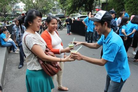 Masyarakat dengan gembira menerima segelas cendol yang diberikan oleh salah satu KASKUS Officer di depan Menara Palma, Jakarta Selatan, Jumat (3 Juli 2015).