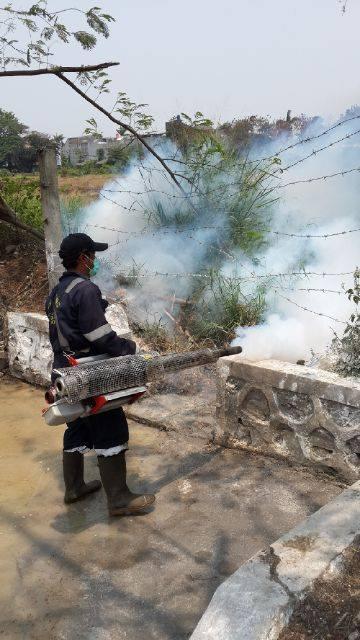 Setelah berhasil menyedot dan membersihkan limbah,petugas kebersihan dari Dinas Kesehatan kota Cilegon  melakukan penyemprotan (Fogging) untuk membunuh bakteri limbah