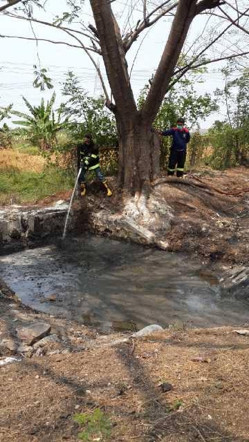 Petugas dari Damkar Cilegon sedang menyemprotkan air yang   untuk mencampur air dan limbah cair agar penyedotan limbah cair lebih mudah  limbah yang t