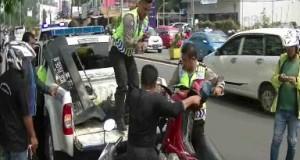 Petugas Satlantas Yang Dibantu Warga Saat Mengevakuasi Motor Ringsek Setelah Ditabrak Di Kawasan Cibeber, Cilegon