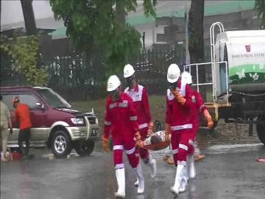 Petugas Gabungan Saat Mengevakuasi Para Korban Bencana Industri Krakatau