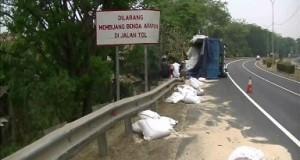 Truk Pengangkut Pakan Ternak Terguling Di Ruas Tol Tangerang Merak Di KM 93 3