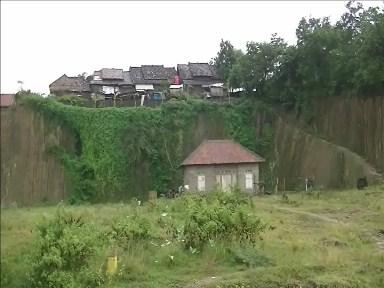 Sejumlah rumah Diatas Tebing Bekas Galian C Rawan Longsor