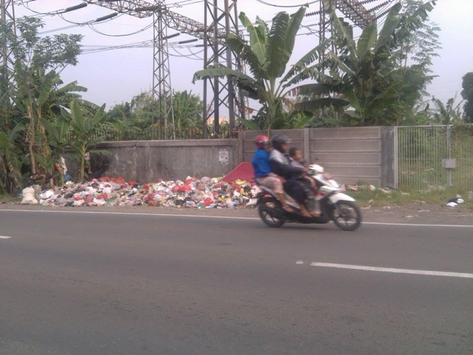 sampah di depan perumahan grogol