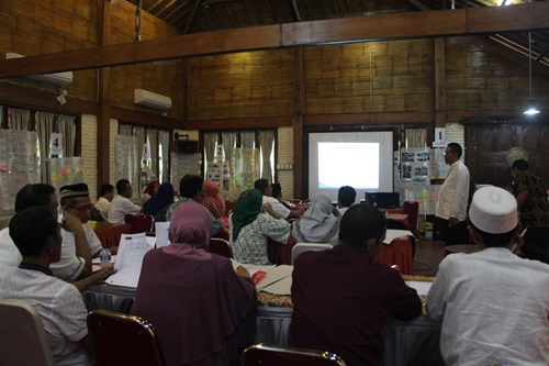 4 Kelompok kepala sekolah sedang mendapatkan materi tentang  penilaian kinerja atau PK guru