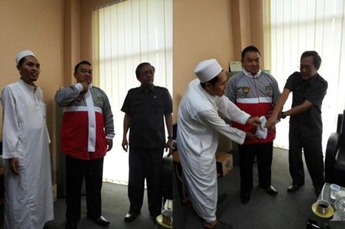 Pencopotan jaket salib oleh FPI