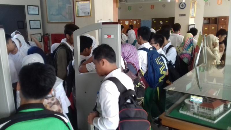 Suasana Siswa Saat Mendatangi Kantor Perpustakaan Dan Arsip Daerah. (Foto, BidikBanten)