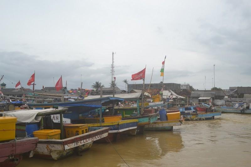 Para Nelayan Di Kabupaten Pandeglang Meminggirkan Perahunya Karena Tak Berani Melaut. (Foto, BidikBanten)