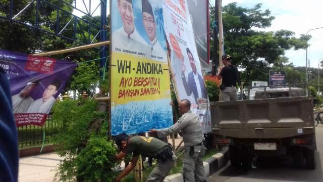 Bawaslu Banten Bersama Satpol PP Saat Menertibkan APK Di Jalur Protokol Kota Serang. (Foto, BidikBanten)