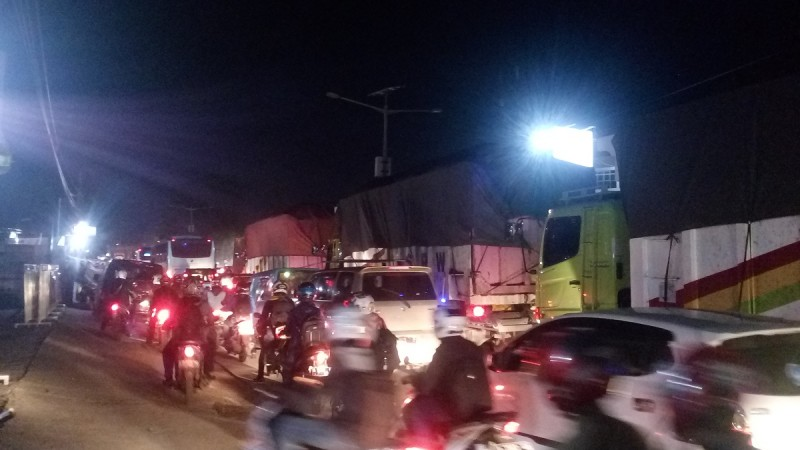 Suasana Kemacetan Di Jalur Serang-Cilegon Tepatnya Di Kawasan Pejaten, Kramat Watu, Kabupaten Serang. (Foto, BidikBanten)