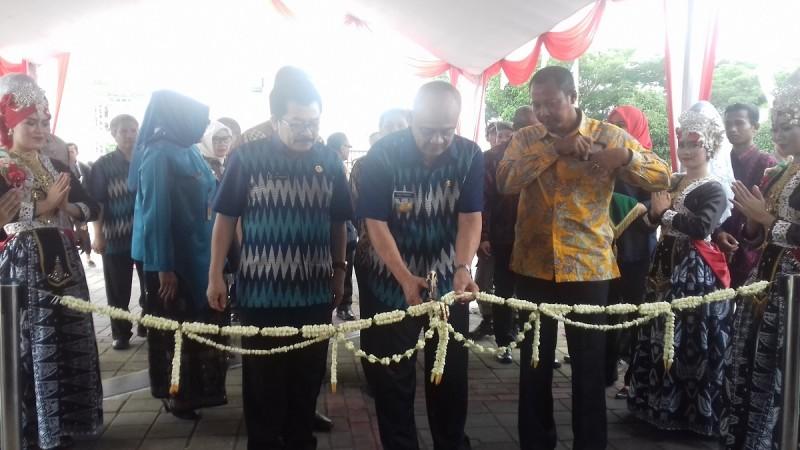 Plt Gubernur Banten, Nata Irawan Saat Membuka Job Fair Di Halaman Masjid Syech Nawawi Al-Bantani. (Foto, BidikBanten)