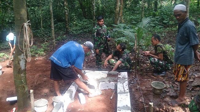 Anggota TNI Dari Yonif 320 Badak Putih Bersama Warga Sedang Membangun Jamban. (Foto, BidikBanten)