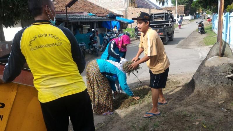 Warga Kerja Bakti Membersihkan Lingkungan