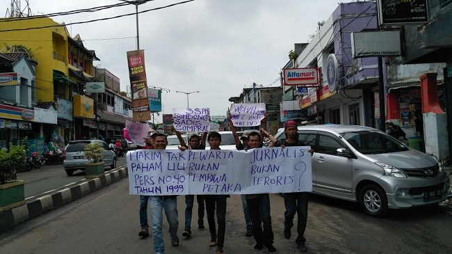 Wartawan Pandeglang Saat Melakukan Aksi Unjuk Rasa Mengecam Tindakan Dua Hakim Di Pengadilan Negeri Pandeglang. (Foto, BidikBanten)