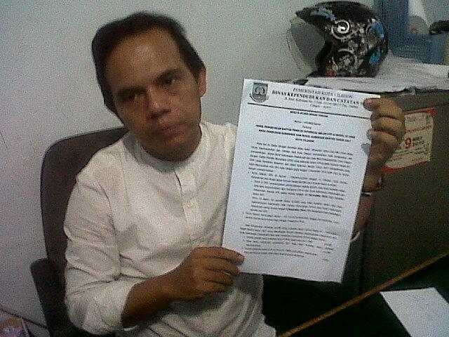 Komisioner KPU Kota Cilegon, Rudi Hartono Saat Menunjukan Berkas Berita Acara Hasil Pengecekan Daftar Pemilih Potensial Belum E-KTP Model AC-KWK Pada Pilgub Banten 2017