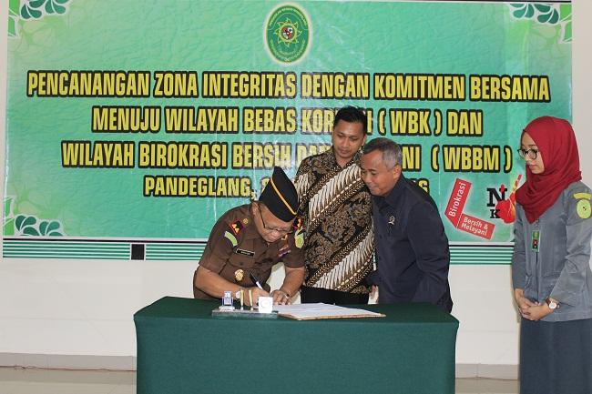 Penandatanganan Fakta Integritas Antara Pemkab Pandeglang Dengan Kejari Pandeglang Untuk Bebas Dari KKN. (Foto, BidikBanten)