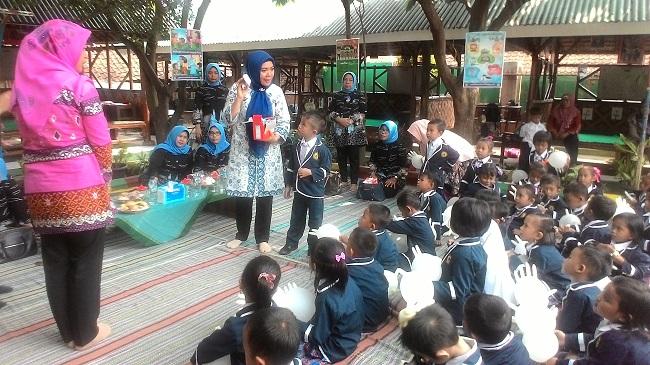 Bunda PAUD Kota Cilegon, Ida Farida Iman Ariyadi Saat Mengajarkan Cara Mencuci Tangan Pakai Sabun Kepada Murid PAUD Insan Ceria