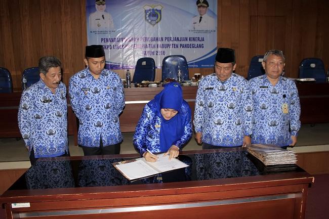 Penandatanganan Tapkin Perubahan Oleh Bupati Pandeglang Irna Narulita. (Foto, BidikBanten)