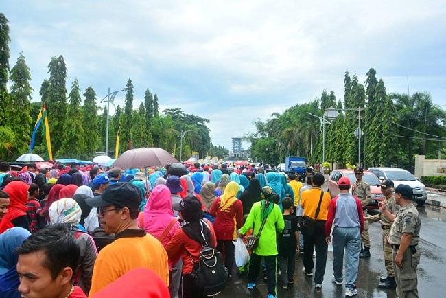Ribuan Peserta Jalan Santai Pada Peringatan HGN Dan HUT PGRI Ke 71