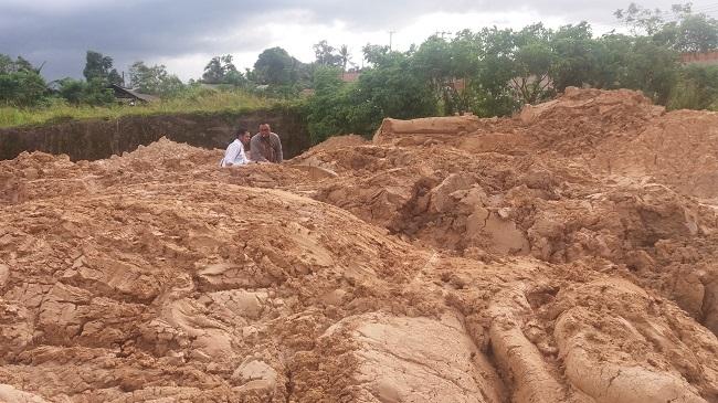 Staf BLH Kota Cilegon Yang Didampingi LSM Rumah Hijau Saat Meninjau Tanah Gunungan Berwarna Colkat Yang Diduga Limbah Di Kelurahan