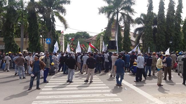 Ratusan Buruh PT. Krakatau Steel Melakukan Aksi Unjuk Rasa Di Depan Pintu Masuk Gedung DPRD Kota Cilegon. (Foto, BidikBanten)