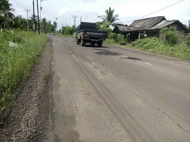 Sebuah Kendaraan Melintas Di Jalur