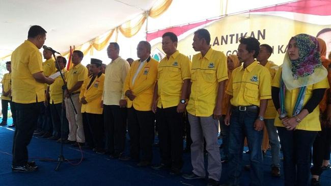 Seorang Staf Panwascam Citangkil Berinisial IMF Ke Empat Dari Kanan Yang Dilantik Menjadi Pengurus Kecamatan Partai Golkar. (Foto, BidikBanten)