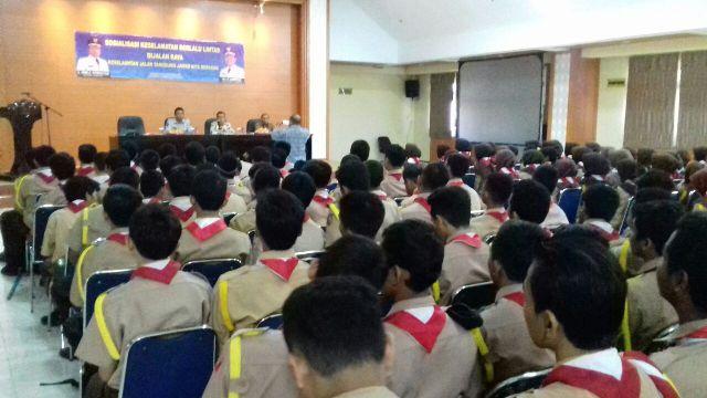 Ratusan Pelajar Saat Mengikuti Sosialisasi Keselamatan Berkendara Di Aula Al-Amanah Puspemkot Tangerang. (Foto, BidikBanten)