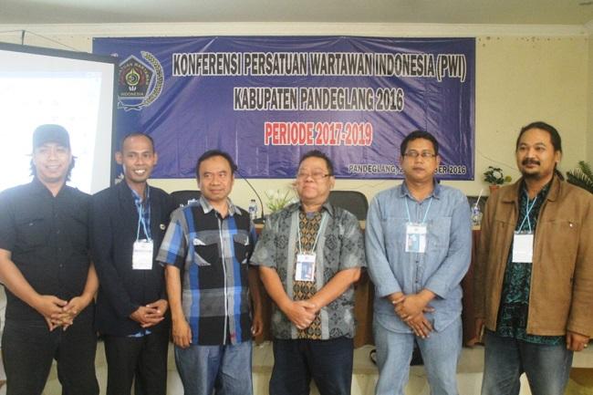 Pengurus PWI Banten Dan PWI Kabupaten Pandeglang Berfoto Bersama Usai Melaksanakan Konferkab PWI Kabupaten Pandeglang. (Foto, BidikBanten)