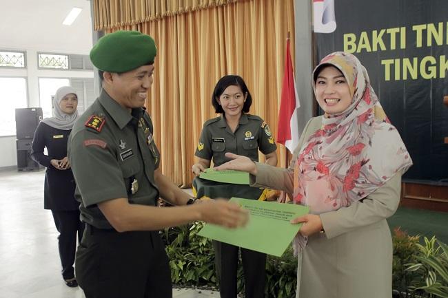 Bupati Pandeglang, Irna Narulita Saat Menerima Piagam Penghargaan