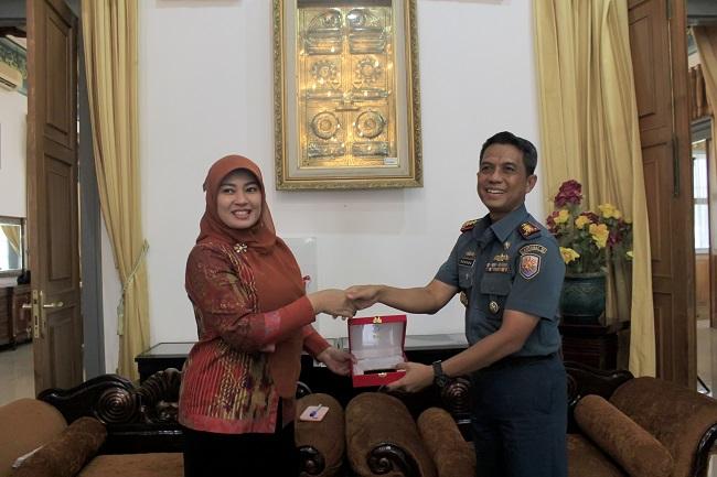 Danlanal Banten, Kolonel Laut. Dadang Soemantri Saat Memberikan Cendramata Kepada Bupati Pandeglang, Irna Narulita. (Foto, BidikBanten)