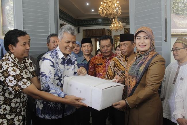 Sekretaris Kementerian Kelautan Saat Menyerahkan Bantuan Ikan Kepada Bupati Pandeglang, Irna Narulita