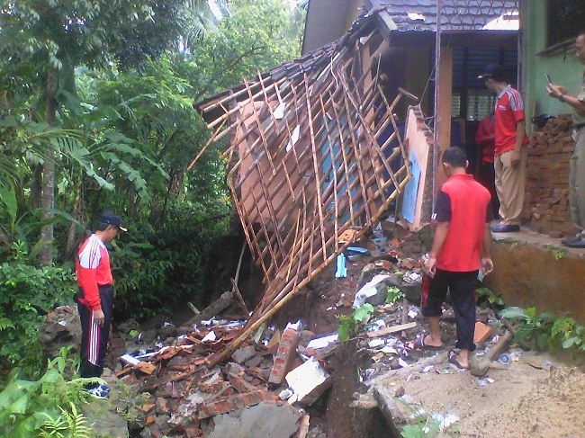 Dinas Pendidikan Dan Kebudayaan Kabupaten Pandeglang Saat Meninjau Sekolah Dasar Negeri Kadomas 3 Yang Ambruk. (Foto, BidikBanten)