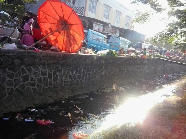 Para Pedagang Yang Berjualan Di Bantaran Sungai Jalur Pintu Masuk Kedalam Pasar Kranggot. (Foto. Ist)