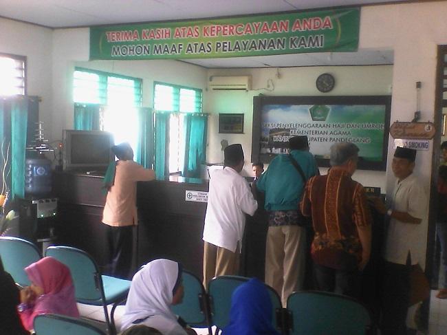 Sejumlah Warga Saat Mempertanyakan Pemberangkatan Haji Pada Pusat Informasi Haji Di Kantor Kemenag Kabupaten Pandeglang. (Foto, BidikBanten)