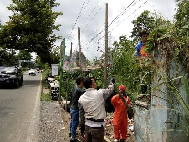 Petugas Dari Dinas Lingkungan Hidup Dan Cipta Karya Kabupaten Pandeglang Saat Melakukan Pembersihan. (Foto, BidikBanten)