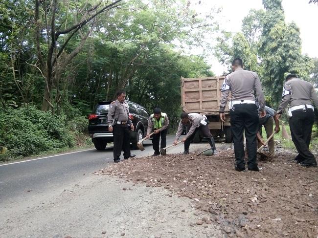 Sejumlah Anggota Dari Satuan Lalu Lintas Polres Cilegon Memperbaiki Jalan Yang Rusak. (Foto, BidikBanten)