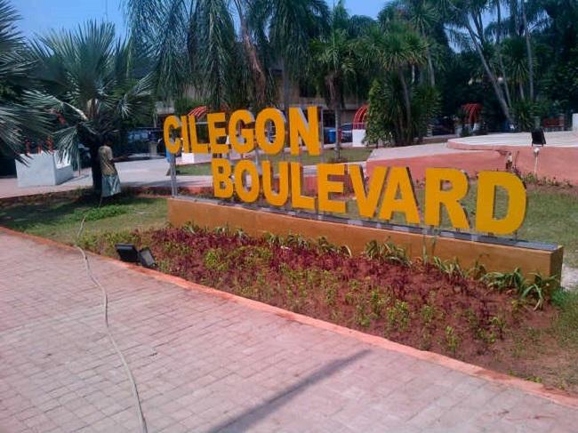 """Salah Satu Ruang Terbuka Hijau Taman """"Cilegon Boulevard"""" Yang Kondisinya Kurang Terawat. (Foto, BidikBanten)"""