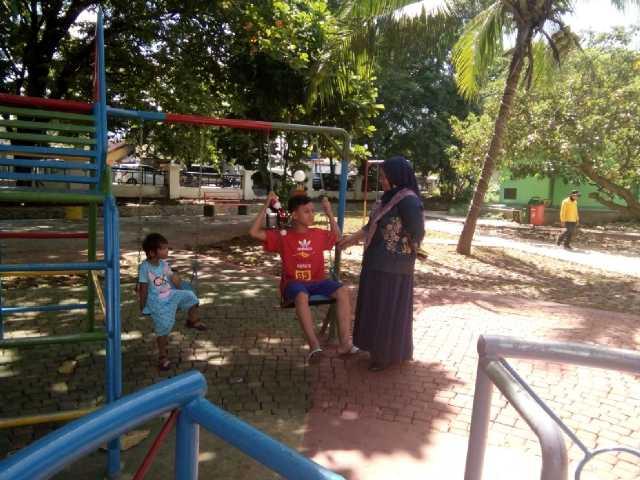 Taman Layak Anak Yang Berada Di Area Gedung DPRD Kota Cilegon Yang Sudah Dapat Digunakan. Tampak Seorang Ibu Menemani Anaknya Bermain Di Taman Layak Anak. (Foto, BidikBanten)