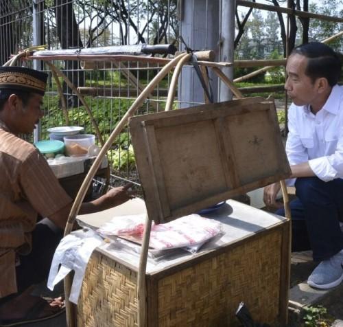 Jokowi bersama tukang kerak telor