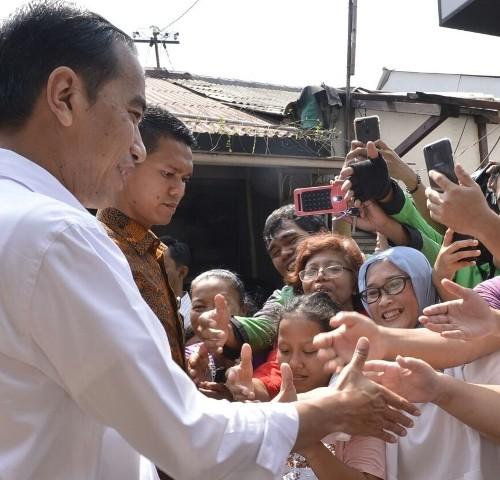 jokowi bersalaman dengan masyarakat