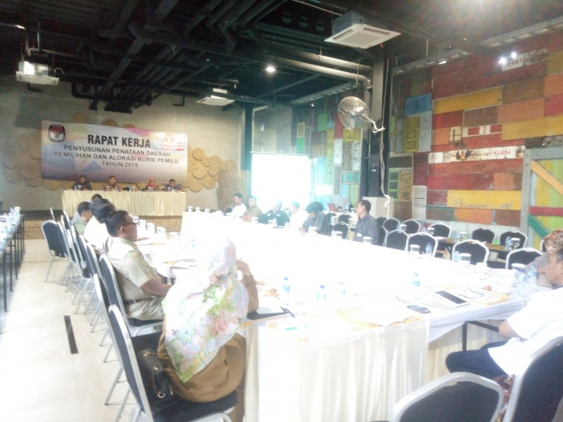 Suasana Rapat Kerja KPU Kota Cilegon Dengan Para Stakeholder