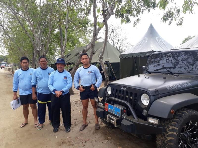 Fauzi Bahar dengan para anggota Kopaska yang tengah bertugas. (Dok. Perwira Management)