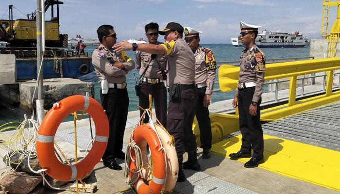 Kabag Ops Polres Cilegon, Kompol Sujatna sedang mengatur kunjungan Kapolda Banten di Merak