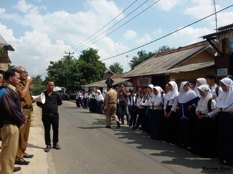 Sejumlah siswa tidak diperbolehkan masuk ke sekolah oleh salah seorang yang mengaku ahli waris lahan SMP Mancak