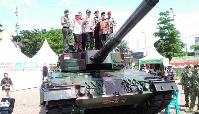 Komandan Korem 064 Maulana Yusuf (MY) Serang, Kolonel Inf. Windiyatno bersama unsur Forkopimda Banten diatas kendaraan tempur.