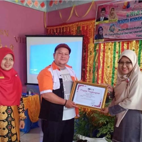 Foto 1 - Denni Meilizon, Ketua FPL Pasbar serahkan piagam ucapan terimakasih pada Kak Wulan. (Dok. Istimewa)-1