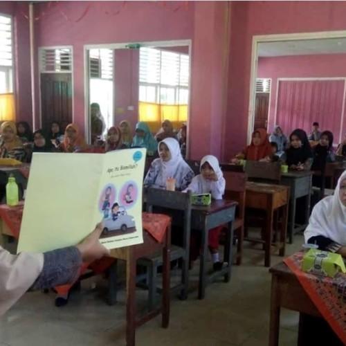 Foto 5 - Kak Wulan saat berikan materi pada Workshop Menulis Cerita Anak di MTsN 3 Pasbar. (Dok. Istimewa)